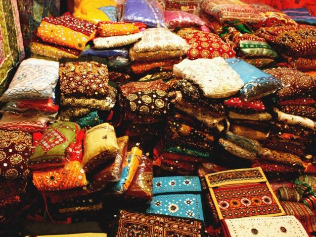 9 Best Shopping Destinations In Mumbai Where You Can Shop And Save!